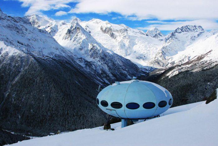 Гостиница «Тарелка» была установлена в 1969 году на склоне горы Мусса-Ачитара, на высоте 2250 метров над уровнем моря. Домбай