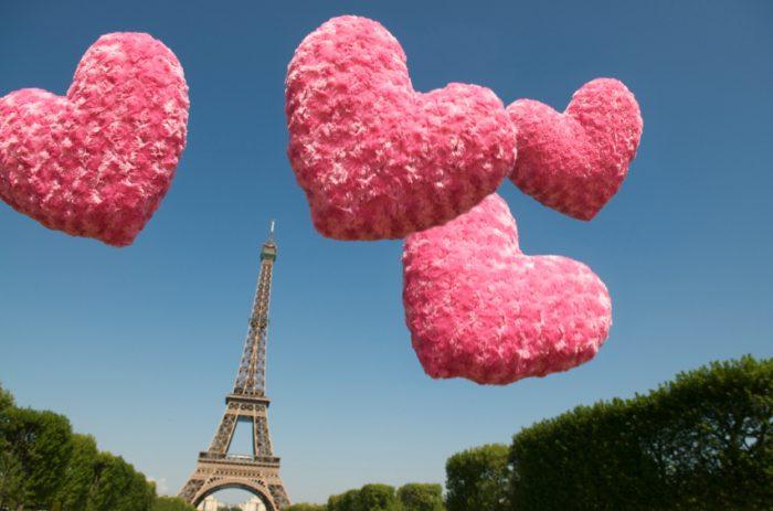 Вид на Эйфелевую башню в день Святого Валентина. Париж
