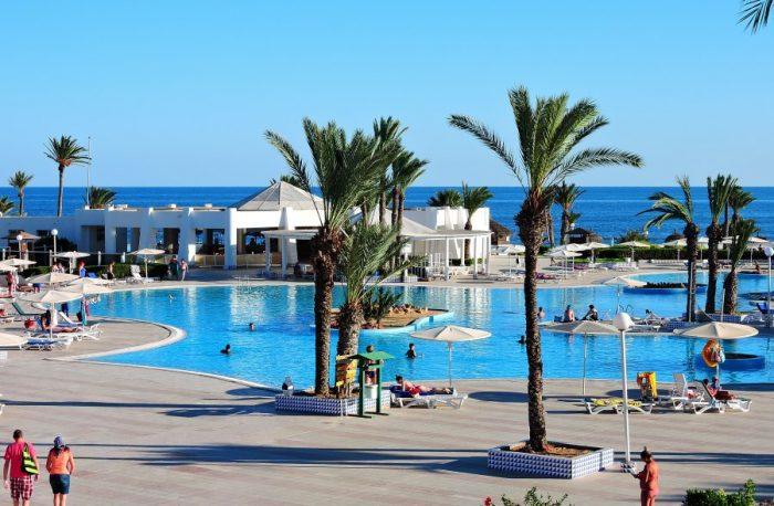 Большой бассейн в отеле Эль-Муради, остров Джерба, Тунис.