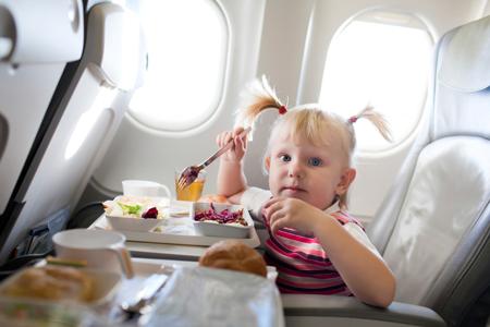 Ребенок ест в самолете