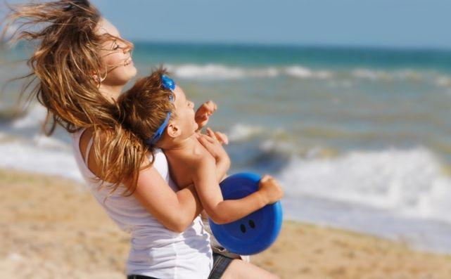 Мать с ребенком на пляже