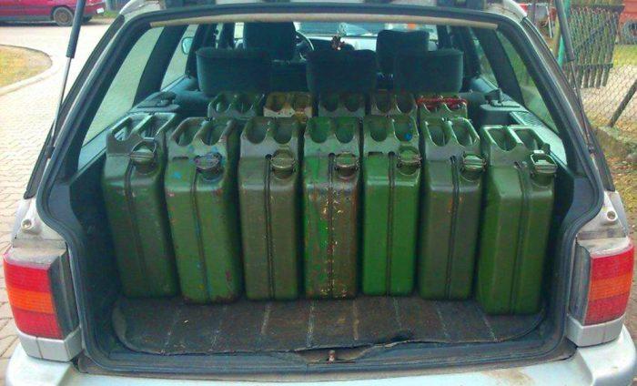 Канистры с бензином в багажнике