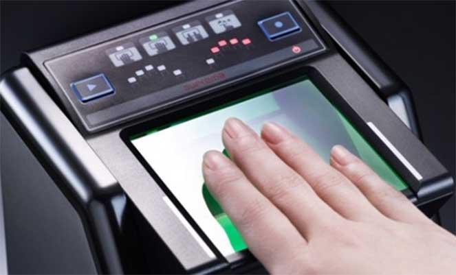 Процесс снятия отпечатков пальцев для шенгенской визы