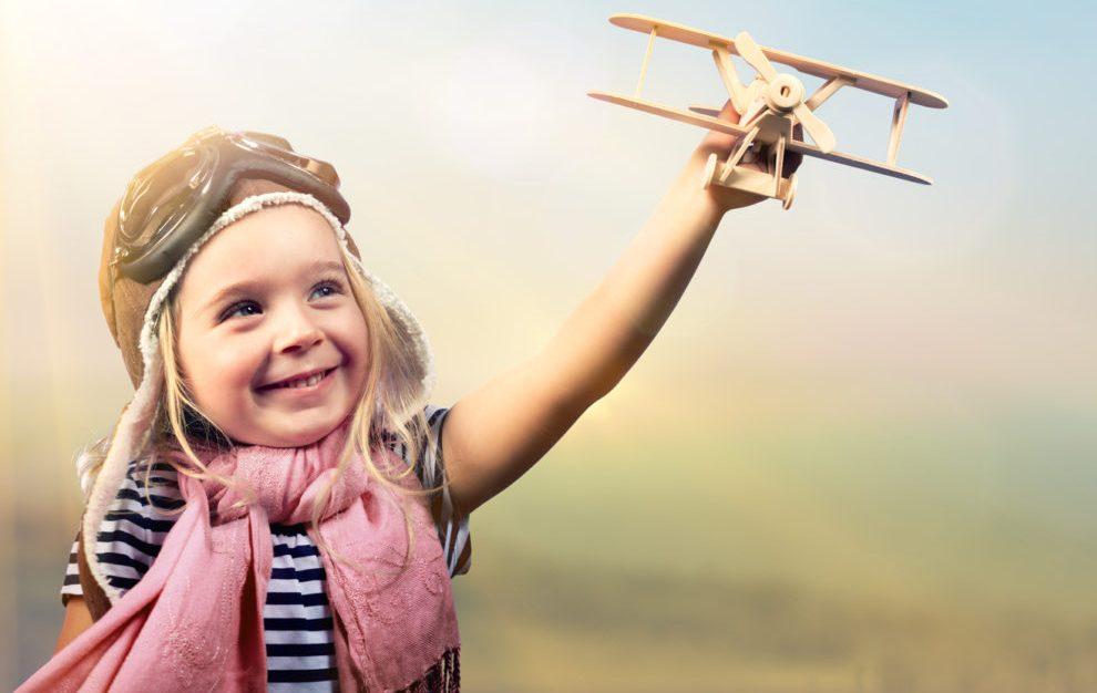 Ребенок с самолетом