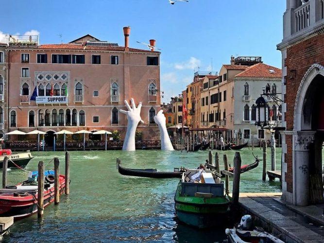 """Художник Лоренцо Куинн установил восьмиметровые руки у отеля Ca`Sagredo. Они поднимаются из воды и опираются на стену здания. Скульптура называется """"Поддержка"""". Венеция"""