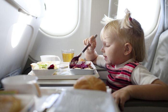 Ребёнок кушает в самолёте