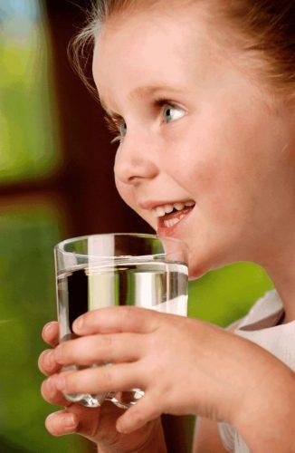 Ребенок со стаканом воды