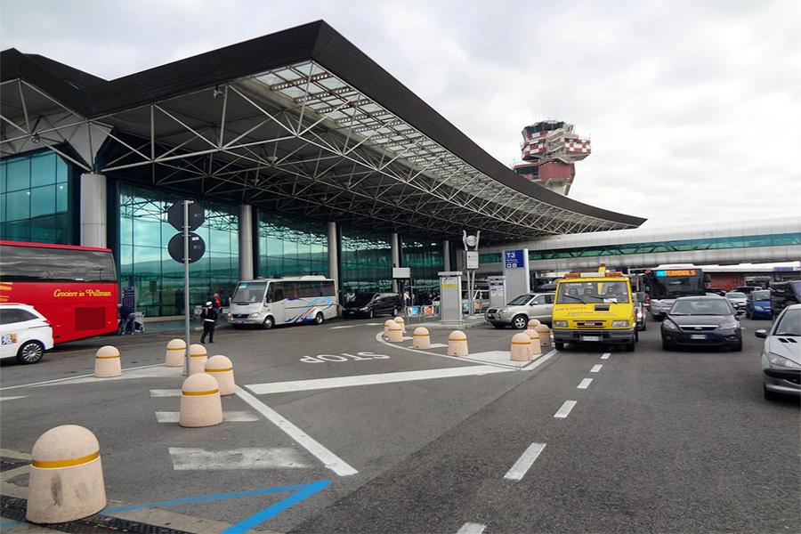 Транспорт возле аэропорта