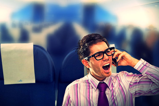 Говорящий по телефону пассажир