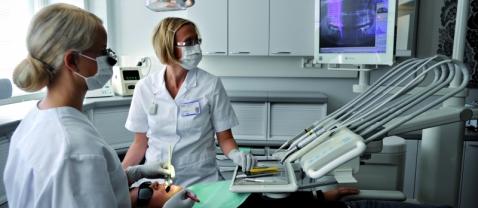 Стоматолог на рабочем месте
