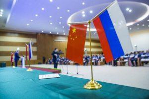Флажки России и Китая на конференции