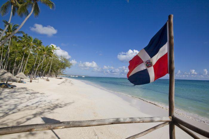 Флаг Доминиканской Республики на пляже