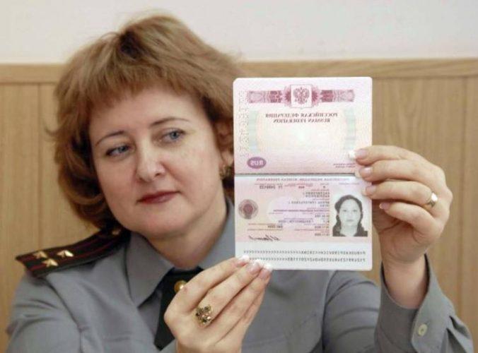 Паспорт у сотрудника ФМС