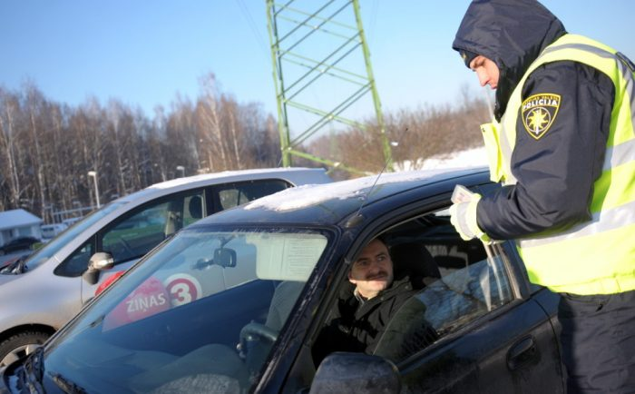 Дорожный полицейский в Латвии