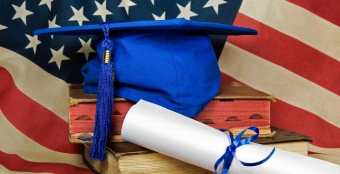 Академическая шапочка на фоне флага США