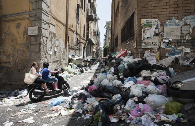 Мусорная свалка на улице в Неаполе