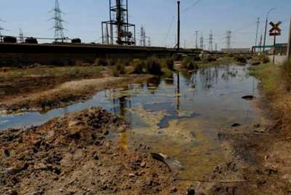 Грязная вода возле рудника в г.Сукинда