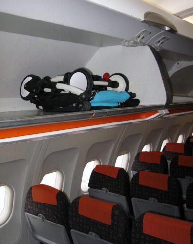 Коляска в салоне самолета
