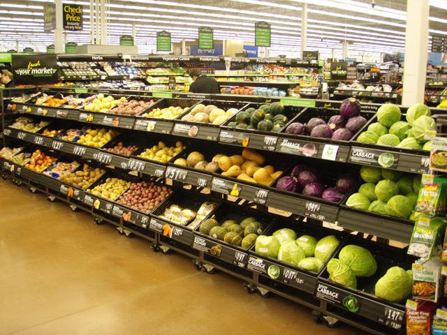 Витрина с овощами в супермаркете