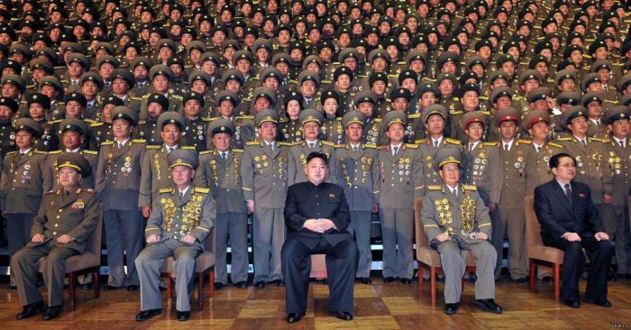 Ким Чен Ын в окружении военных