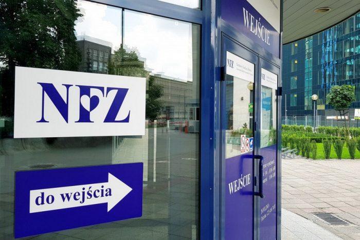 Вывеска NFZ на лечебном учереждении в Польше