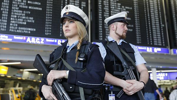 Сотрудники полиции в аэропорту Франкфурта, Германия.
