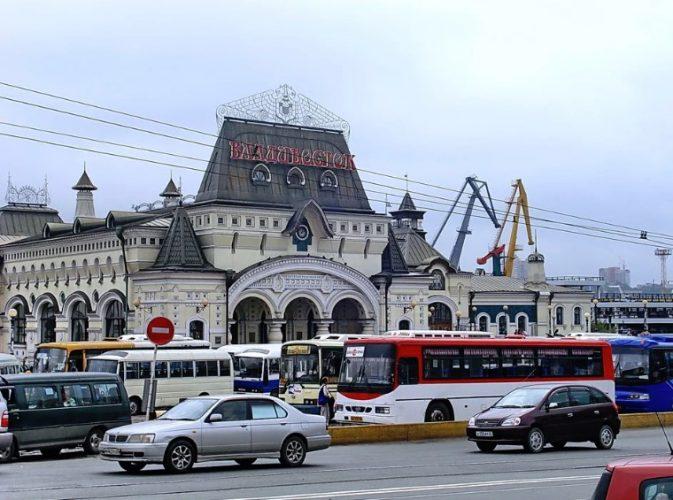 Привокзальная площадь и ж.д. вокзал Владивостока