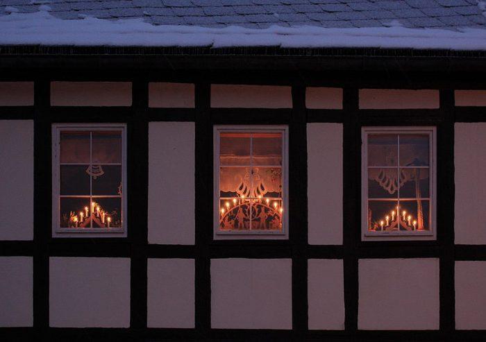 Светильники-арки в окнах