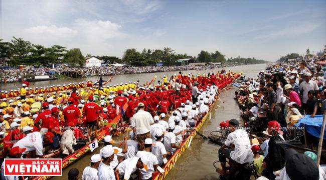 гонка лодок во время праздника «Ок Ом Бок»