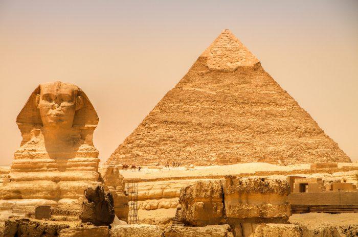 Статуя Сфинкса и пирамида Хеопса