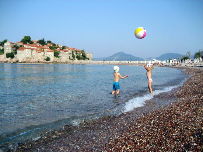 Дети на пляже Черногории