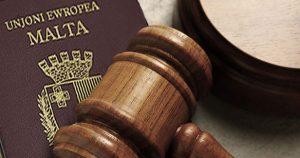 судебный молоток и паспорт Мальты