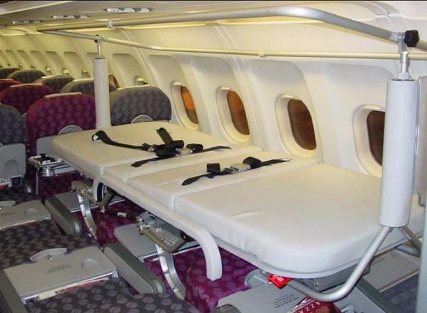 Медицинская кровать в салоне самолета