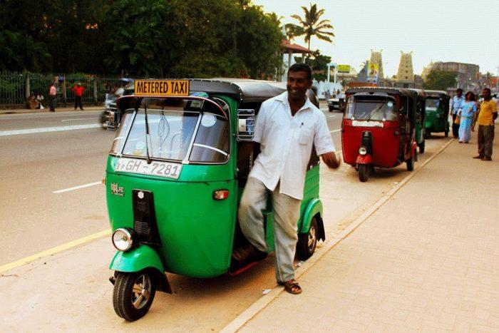 Тук-тук из аэропорта Шри-Ланки в Коломбо