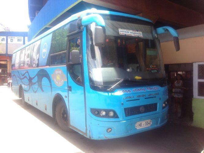Автобус HighWay-Bus из аэропорта Шри-Ланки