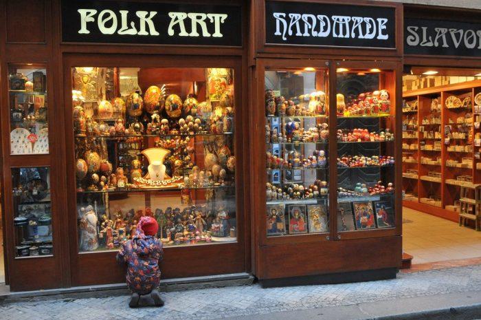 Сувенирная лавка с вывеской Folk Art