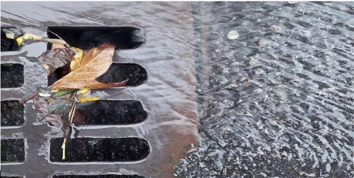 Дождевой слив на улице