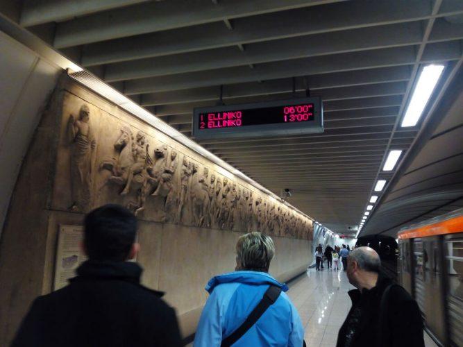 табло в метро Афин