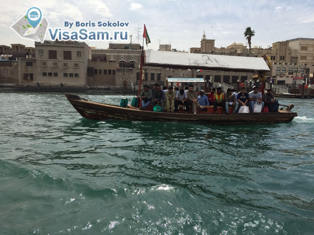 старая лодка - общественный транспорт в Дубае для переправы