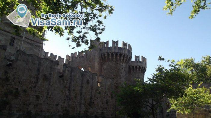 средневековые башни и крепостные укрепления старого города в Родосе