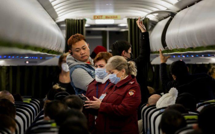 пассажиры не носят маски в самолете