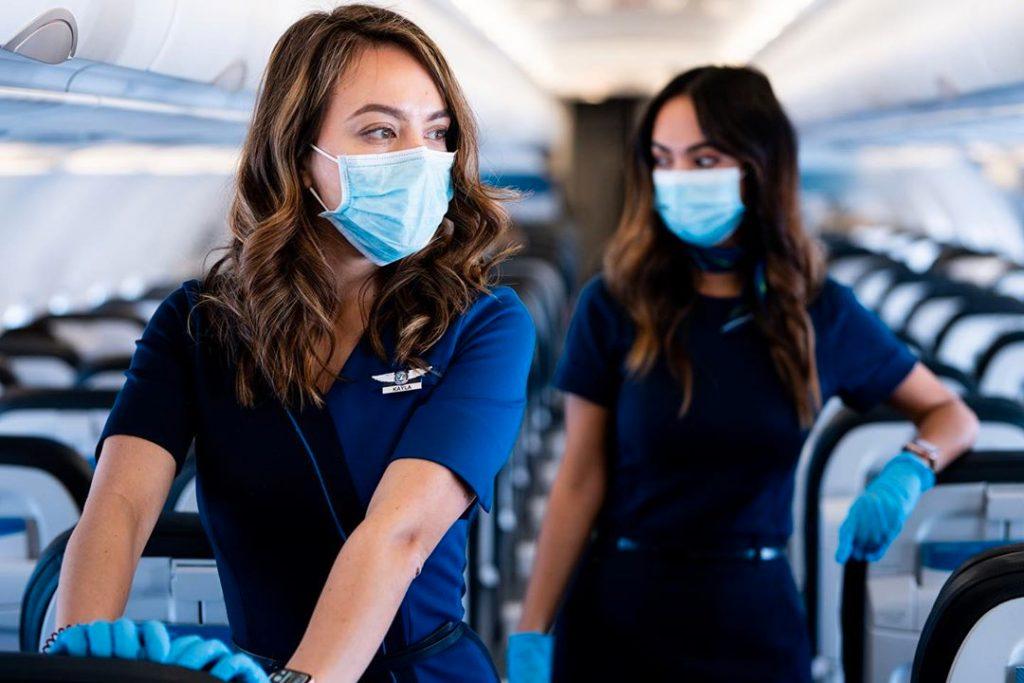 стюардессы в масках в самолете