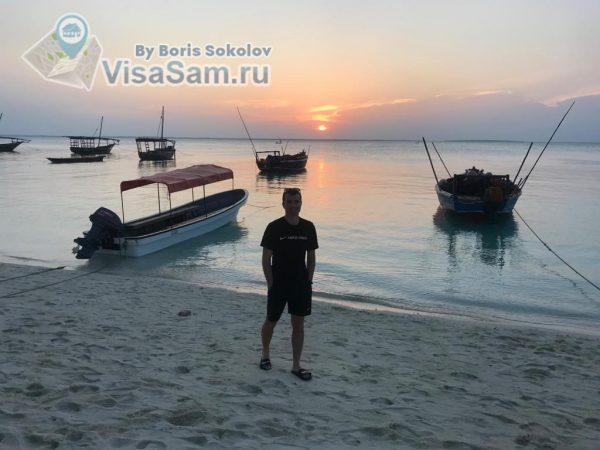 рыбацкие лодки на закате на пляже