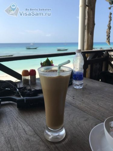 холодный кофе в кафе на Занзибаре