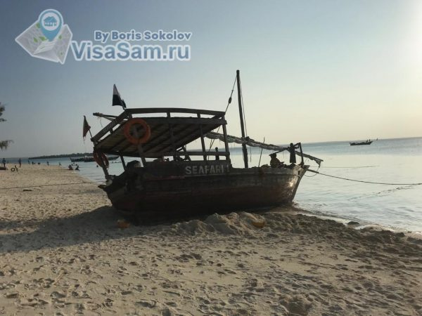 лодка на берегу моря
