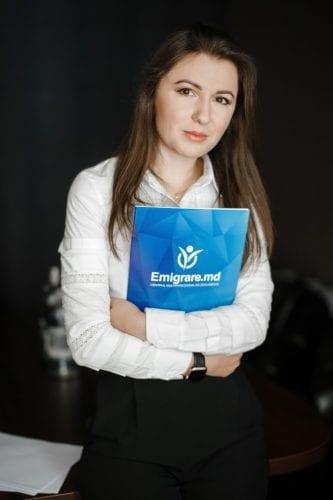 сотрудница компании Emigrare