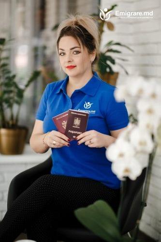 сотрудница с оформленным паспортом