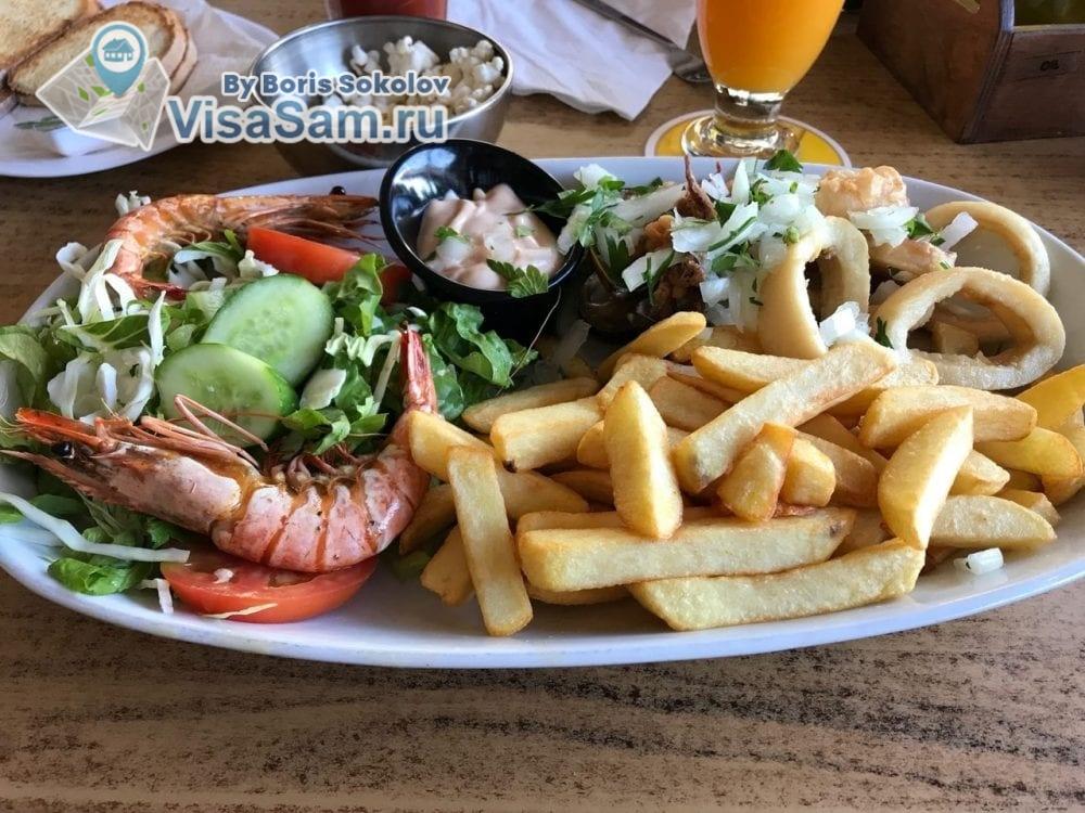 еда в кафе в Ларнаке на Кипре