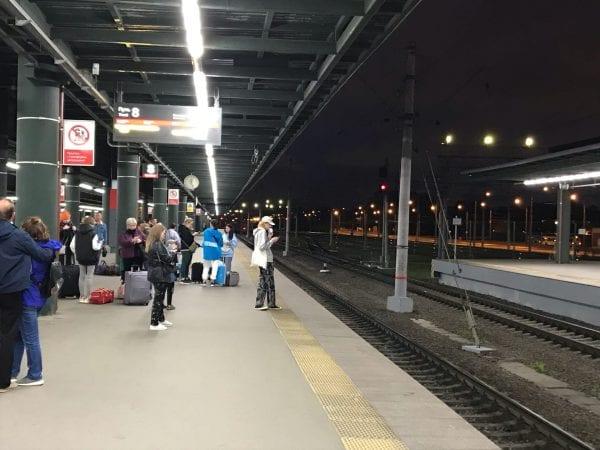 пассажиры ждут поезд на вокзале