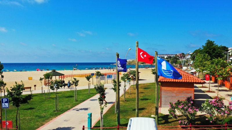 Синий флаг на турецком пляже